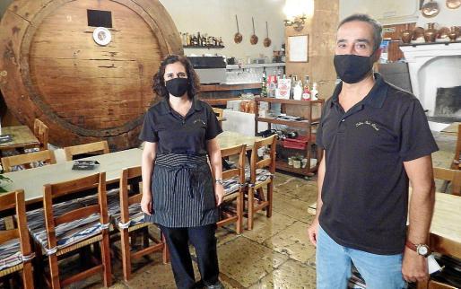 Antònia y Joan Gual, de Can Ripoll, explican que los 'inquers' han preferido no salir a cenar hoy por la noche.