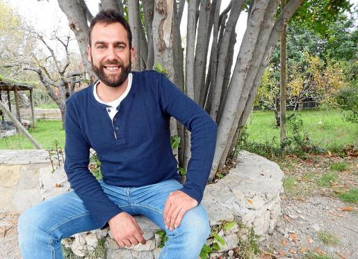 Tras unos años entregado a la explotación y venta agroalimentaria en varias fincas de Son Macià, ha vuelto a su pasión por las abejas e imparte cursos.