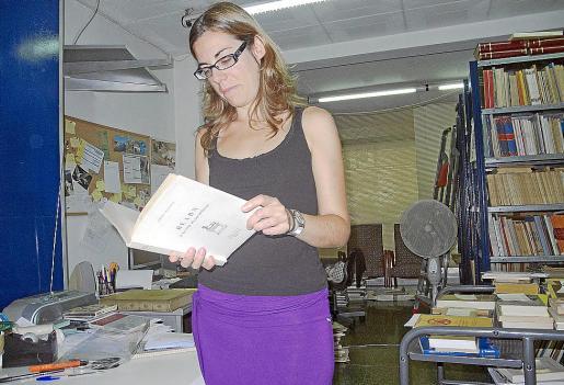 La librera Anna Torné posó ayer en Barcelona con el ejemplar de 'Bearn'.