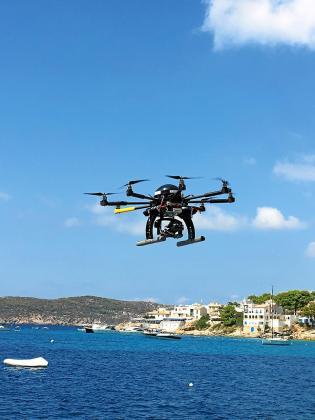 Desde el aire. Los drones permitirán a la Agència de Defensa del Territori reforzar la vigilancia y detectar con mayor precisión las posibles infracciones en suelo rústico. Sobre estas líneas, un dron sobrevolando el litoral de Andratx con fines medioambientales.