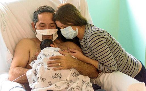 Padres de un prematuro en el hospital.