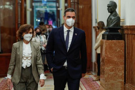 El presidente del Gobierno, Pedro Sánchez, y la vicepresidenta primera, Carmen Calvo, a su llegada a la sesión de control al Ejecutivo, este miércoles en el Congreso.