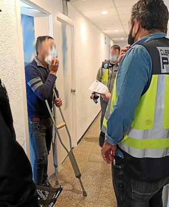 Detención. Uno de los dos detenidos fue arrestado en el hotel de Mallorca donde estaba en cuarentena tras el positivo por COVID de uno de los ocupantes de la patera. El otro se encontraba en Eivissa en el momento de su detención .