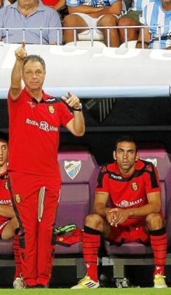Joaquín Caparrós da instrucciones ante la mirada de Joao Victor.