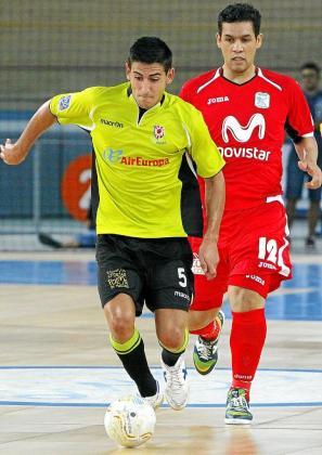 El ala del Fisiomedia Lemine conduce un balón ante el Inter.
