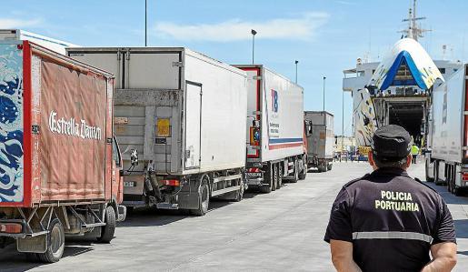 Imagen de archivo de camiones iniciando el embarque en Palma.