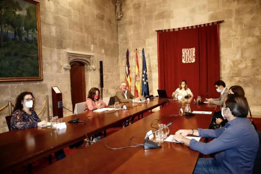 La presidenta del Govern, Francina Armengol, se han reunido este jueves en el Consolat de Mar con representantes de patronales del sector de la restauración y los sindicatos.