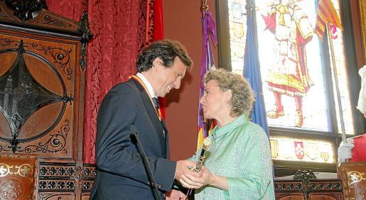 Aina Calvo entrega la vara de mando a Mateo Isern el día de su elección.