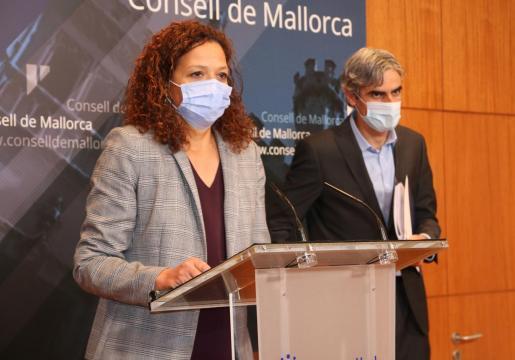La presidenta del Consell de Mallorca, Catalina Cladera, y el conseller de Hacienda y Función Pública, Josep Lluís Colom, han presentado los presupuestos.
