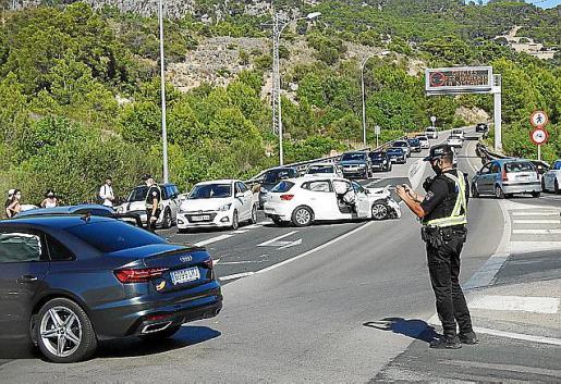 Accidente de tráfico en el cruce de Camp de Mar.