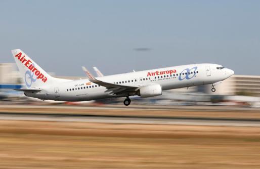 El conseller Pons indica que estarán vigilantes para evitar un monopolio que suba los precios de los billetes aéreos.