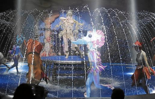 El Circo Alegría estrena en Son Fusteret un gran espectáculo en el que los artistas se desenvuelven sobre una piscina de 24.000 litros.