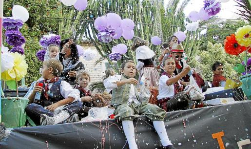 Setenta y seis carrozas y un gran derroche de imaginación demostraron que cualquier mundo es posible durante las Festes del Vermar.