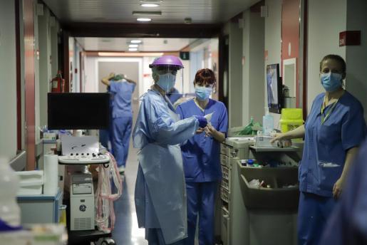 Son Espases, que acaba de cumplir su décimo aniversario, es una pequeña ciudad donde 5.100 trabajadores atienden a la población del sector sanitario Poniente de Mallorca, que tiene 338.852 tarjetas sanitarias de Palma y de los municipios de Andratx, Calvià y Esporles.