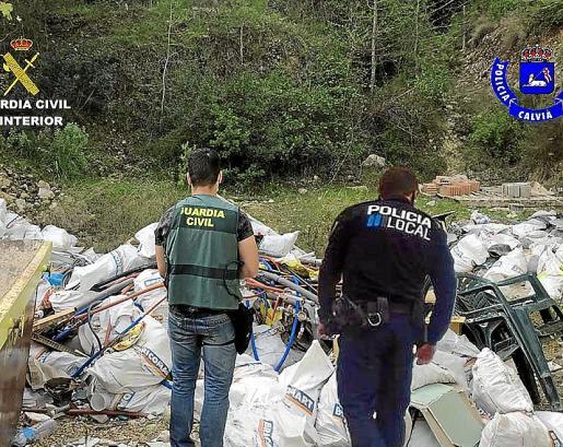 Agentes de la Guardia Civil y la Policía Local de Calvià en la finca protegida donde se vertían los escombros desde el verano.