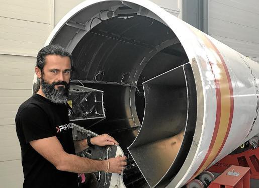 Álex Masmiquel junto a la tobera de uno de los cohetes españoles en los que se está trabajando.