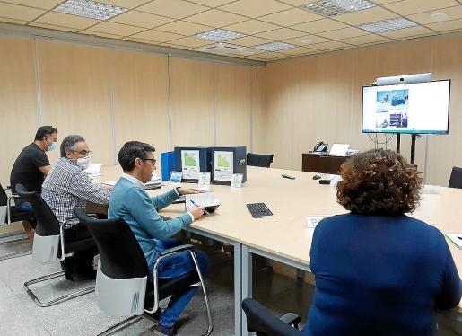 El viernes tuvo lugar una reunión telemática entre Abaqua, presidida por su director, Guillem Rosselló (en el centro), y sus técnicos, y el Ajuntament de Muro para abordar el traspaso de la gestión de la depuradora de Son Bosc.