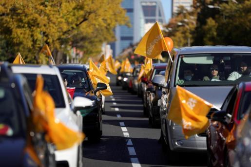 Vista de la manifestación con vehículos contra la Ley de Educación (LOMLOE), denominada también 'Ley Celaá', aprobada esta semana en el Congreso que recorre el Paseo de la Castellana desde Cuzco a Cibeles en Madrid este domingo.
