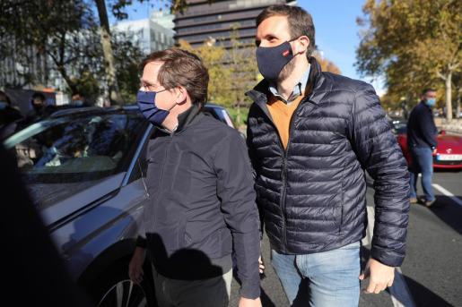 El presidente del Partido Popular, Pablo Casado (d) y el alcalde de Madrid, José Luis Martínez Almeida (i) participan en la manifestación con vehículos que recorre el Paseo de la Castellana desde Cuzco a Cibeles en Madrid este domingo contra la Ley de Educación (LOMLOE).