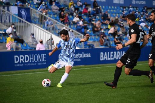 Una jugada del partido, este domingo en el Estadi Balear.