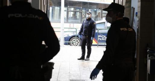 Imagen de varios agentes de la Policía Nacional en Pere Garau.