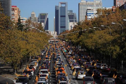 Vista general de la manifestación con vehículos que recorre el Paseo de la Castellana desde Cuzco a Cibeles en Madrid este domingo contra la Ley de Educación (LOMLOE), denominada también 'Ley Celaá', aprobada esta semana en el Congreso.