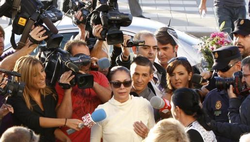La tonadillera Isabel Pantoja, a su llegada a la Ciudad de la Justicia de Málaga, donde ha arrancado hoy el juicio por blanqueo de capitales.
