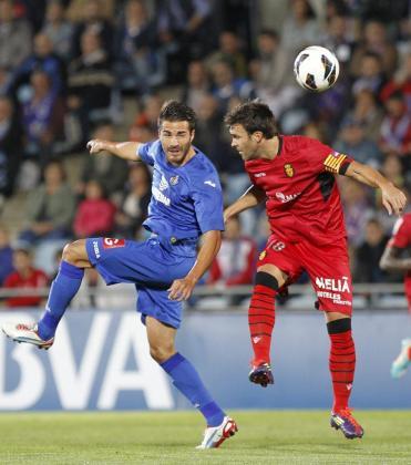 El centrocampista del Getafe Xavi Torres (i) y el delantero israelí del Mallorca Tomer Hemed (d), durante el partido de la sexta jornada de Liga de Primera División disputado esta noche en el Coliseum Alfonso Pérez de Getafe.