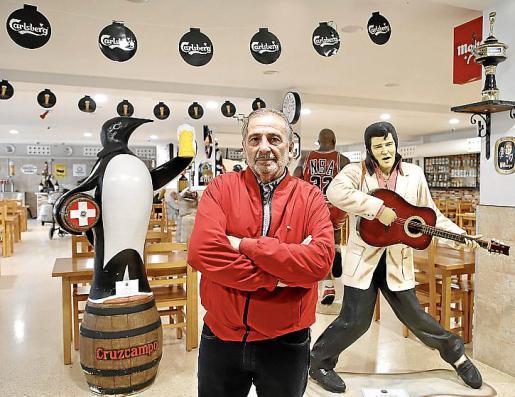 Coleccionismo. Rubén Fernández ha reunido muchas piezas antiguas relacionadas con el mundo de la cerveza procedentes de distintos países de Europa y América en el primer museo de la cerveza del país.