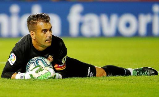 Manuel Reina, el portero menos goleado de toda la categoría, atrapa un balón  durante un partido con el Mallorca.