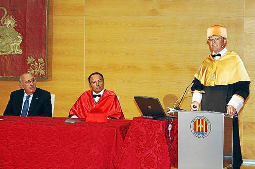 Antoni Verd y Antoni Gili, escuchando la lección inaugural de Antoni Riera.