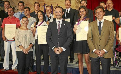Briguitte Yague y Margarita Crespí, con las autoridades, compañeros y preparadores.