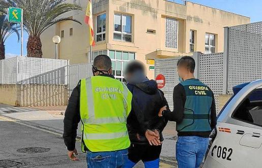 La Guardia Civil, con el mallorquín detenido en Lloseta, que es vecino del pueblo.