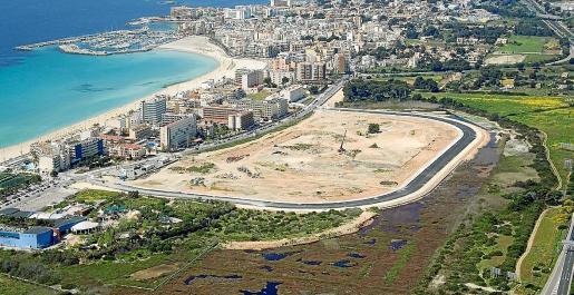 Urbanizado en un 80 %. La promotora ha ejecutado el 80 % de la urbanización en el solar, ubicado en la Platja de Palma. Están pendientes los permisos de acometidas de agua y electricidad.