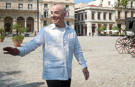 Alejandro Mayorkas in Guayabera auf der Plaza de San Francisco in Havanna | Bildquelle: https://www.ultimahora.es/noticias/local/2020/11/25/1217417/alejandro-mayorkas-tras-origenes-mallorquines.html © | Bilder sind in der Regel urheberrechtlich geschützt
