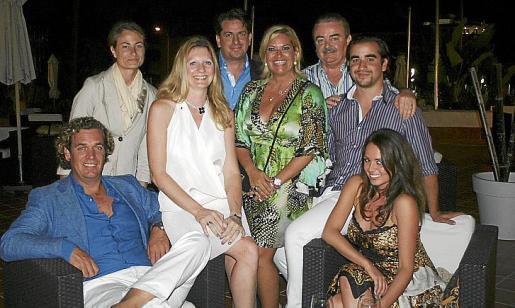 Marco Juffermans, Isabelle Vermeesch y Stephanie Magnusson. De pie: Silvia Delgado, Yvan Vermeesch, Kettylin y Lars Magnusson y su hijo Miguel.