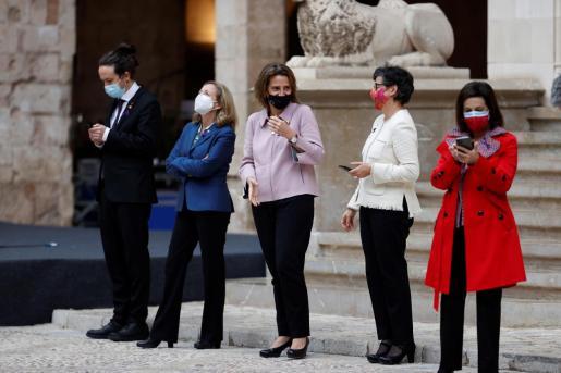 La ministra de Exteriores, en el centro de la imagen, junto a otros miembros del Consejo de Ministros en el Patio de Honor del Palau de la Almudaina de Palma.