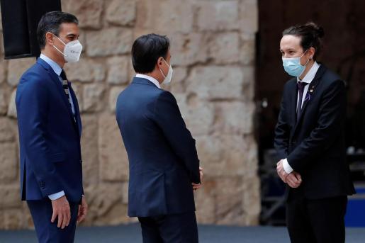 El presidente del gobierno Pedro Sánchez (i), y el presidente del Gobierno de Italia, Giuseppe Conte (c), saludan al vicepresidente segundo del Gobierno, Pablo Iglesias, durante la recepción en el Patio de Honor del Palacio de la Almudaina, en el que se celebra la XIX Cumbre bilateral de España e Italia, este miércoles en Palma.