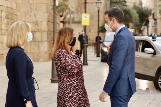 La presidenta del Govern, Francina Armengol, y el presidente del Gobierno, Pedro Sánchez, se han visto antes de comenzar la cumbre.