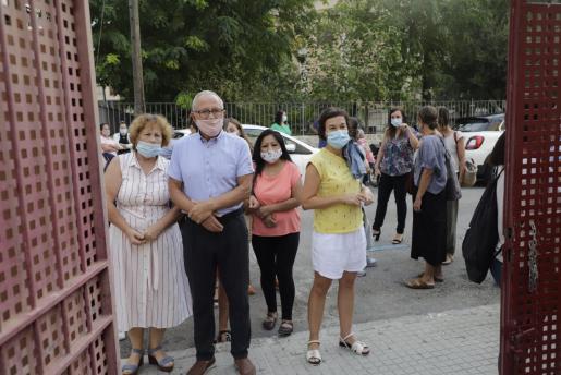 Un grupo de padres espera la salida de alumnos de un colegio de Palma.