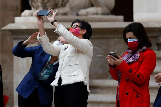 Las ministras de Asuntos Económicos y Transformación Digital, Nadia Calviño (i); Asuntos Exteriores, Arancha González Laya (c); y Defensa, Margarita Robles (d), en el Patio de Honor del Palau de la Almudaina.