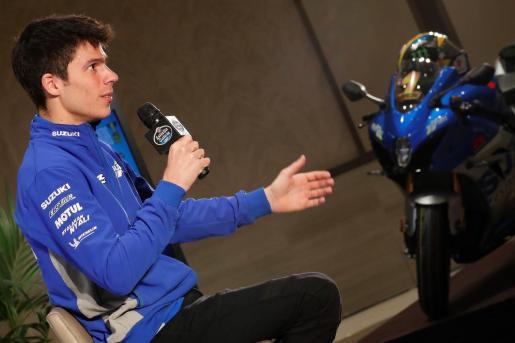 El campeón del mundo de MotoGP, Joan Mir, atiende a los medios de comunicación en una rueda de empresa organizada por Estrella Galicia 0,0, este miércoles en Madrid.