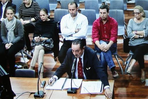 Fotografía tomada del monitor de la sala de prensa de la Audiencia de Málaga. El ex alcalde de Marbella Julián Muñoz durante su declaración hoy, martes 2 de octubre de 2012, en el juicio por blanqueo de capitales en el que también están acusadas su expareja, la tonadillera Isabel Pantoja, y su exesposa, Maite Zaldívar.
