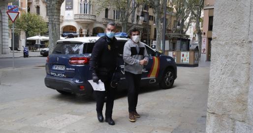 El imputado, de nacionalidad española, llegó a la Audiencia minutos antes de las 10 de la mañana desde la cárcel de Palma.