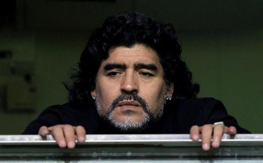 Diego Maradona observa un partido entre Boca Juniors y Banfield.