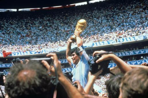 otografía de archivo del jugador argentino Diego Armando Maradona con la Copa del Mundo tras derrotar la selección argentina a Alemania en el estadio Azteca el 29 de junio de 1986 en Ciudad de México (México).