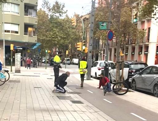 El ciclista se llevó la peor parte en el accidente.