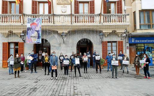 Miembros de la plataforma, el GOB y de la formación municipal de Podemos, frente al Ajuntament d'Inca.