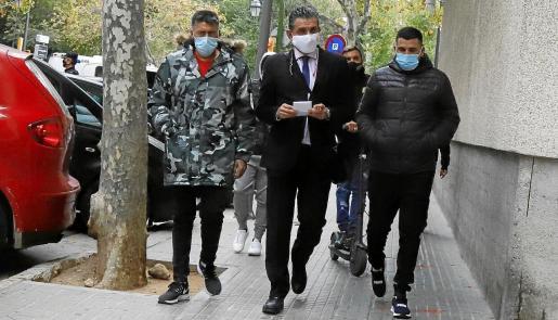 El abogado David Salvà, en el centro de la foto, junto a dos de los detenidos acusados de agredir a tres policías en Son Banya. Fotos: A. SEPÚLVEDA