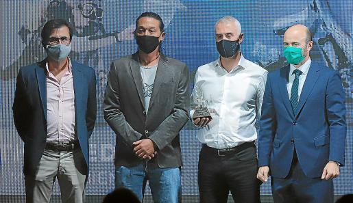 Por la izquierda, los representantes de Save the Med: Gabriel Morey, Bradley Robertson y Jaume Bagur, con Rafael Guinea, de Tirme, que les entregó el galardón.